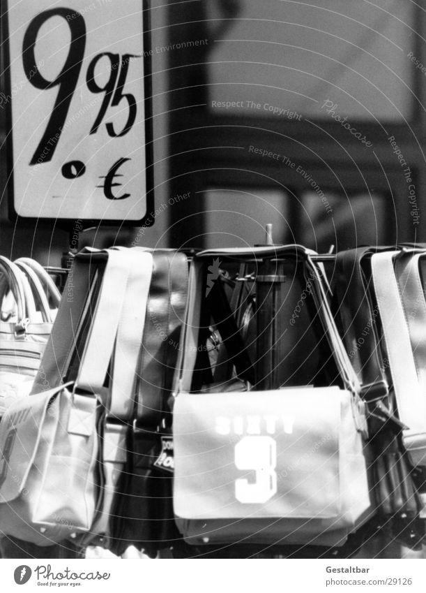 neunfünfundneunzig Tasche 9 Preisschild Billig Angebot Handtasche Fußgängerzone gestaltbar Freizeit & Hobby Euro 9.95 € Schwarzweißfoto warenständer