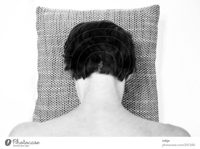 Schäm Dich! Gesundheit Krankheit Erholung ruhig Mensch Frau Erwachsene Leben Kopf Haare & Frisuren Nacken 1 schwarzhaarig kurzhaarig Kissen Kopfkissen kariert