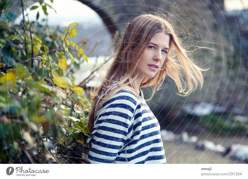 hope feminin Junge Frau Jugendliche 1 Mensch 18-30 Jahre Erwachsene Umwelt Natur blond trendy schön Wind Farbfoto Außenaufnahme Tag Schwache Tiefenschärfe