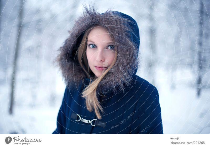 january feminin Junge Frau Jugendliche 1 Mensch 18-30 Jahre Erwachsene Natur Winter Pelzmantel schön kalt blau Farbfoto Außenaufnahme Tag Schwache Tiefenschärfe