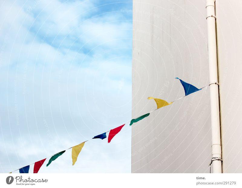 Kleinstadtfete Himmel Wolken Schönes Wetter Mauer Wand Fassade Fallrohr Fahne hängen einfach Freundlichkeit Fröhlichkeit frisch lustig Wärme Freude Lebensfreude