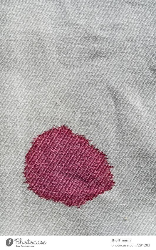 Der Fleck Tee Teepflanze Stoff Farbstoff Wasser getrocknet Wasserfleck Tischwäsche Tuch Leinen Farbring Stockflecken Farbe dreckig Makroaufnahme Nahaufnahme