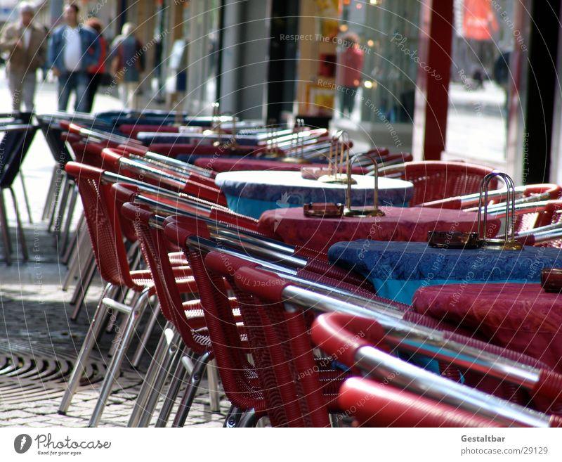 nix los rot Ernährung Café Tisch leer Stuhl Gastronomie Fußgängerzone gestaltbar Straßencafé
