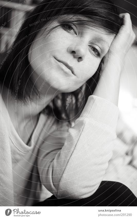 am morgen... schön Wohlgefühl Zufriedenheit Erholung ruhig Häusliches Leben Wohnung Frau Erwachsene 1 Mensch 18-30 Jahre Jugendliche Pullover brünett langhaarig