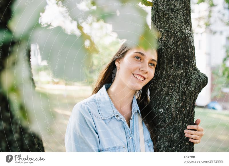 Touristenmädchen beim Spaziergang in einem Sommerpark Lifestyle schön Körperpflege Wellness Leben harmonisch Freizeit & Hobby Spielen Ferien & Urlaub & Reisen