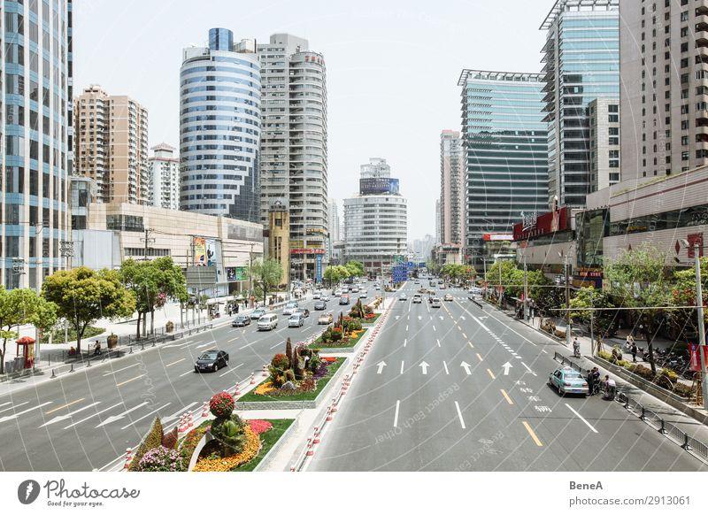Straßenszene in Schanghai, China Mensch Ferien & Urlaub & Reisen Stadt Haus Architektur Leben Gebäude PKW Verkehr modern Hochhaus Wachstum Zukunft groß