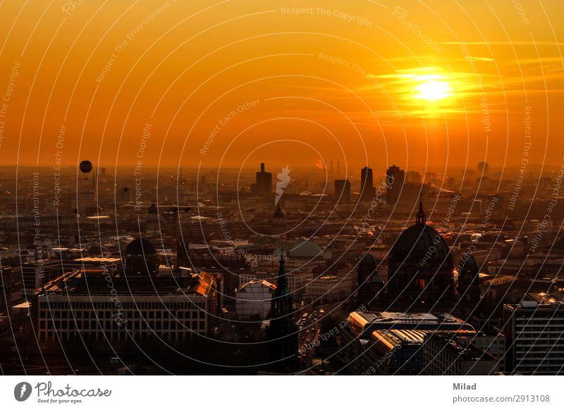 Berlin von oben Himmel Sommer Stadt Sonne Architektur gelb orange gold Schönes Wetter Baustelle Sehenswürdigkeit Bildung Hauptstadt Städtereise Denkmal