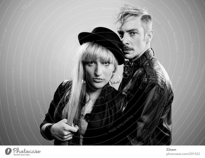 ZWEISAM Mensch Jugendliche Erwachsene 18-30 Jahre Stil Paar Mode Zusammensein blond stehen Coolness einzigartig genießen Rauchen Rockmusik Hut