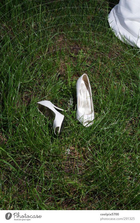 Autsch Natur grün schön weiß Sommer Liebe Wiese feminin Gefühle Glück Zusammensein Schuhe Schönes Wetter Hochzeit Romantik Schutz