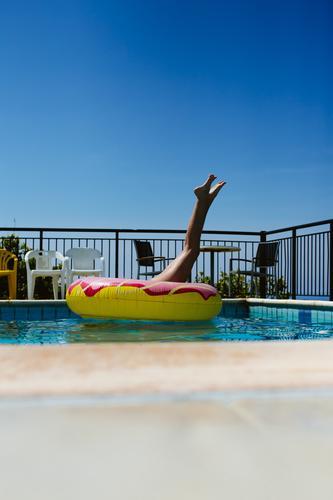 Ferien & Urlaub & Reisen Jugendliche Junge Frau Sommer Freude Beine Leben feminin Gefühle Stil Tourismus Spielen Freiheit Stimmung Häusliches Leben Ausflug