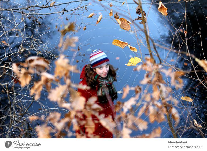 Rotkäppchen Mensch Frau Natur Jugendliche Blatt Winter Wald Erwachsene kalt Herbst lachen Glück Kopf 18-30 Jahre natürlich Körper