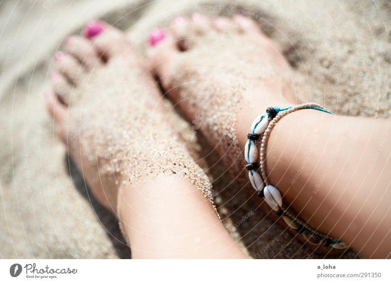 summertime schön Sommer nackt feminin Sand Fuß rosa berühren trendy Schmuck Barfuß Fernweh Accessoire Nagellack Schneckenhaus Pediküre