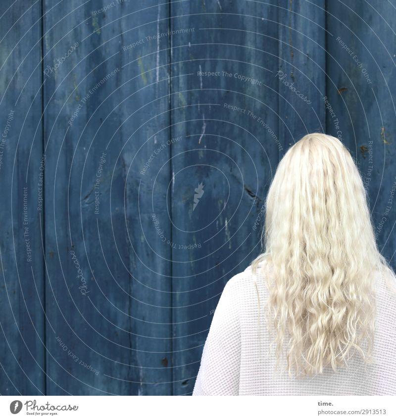 blue & blonde Frau Mensch blau Erwachsene Wand Traurigkeit feminin Zeit Mauer Haare & Frisuren Kopf Linie stehen Schutz Sicherheit