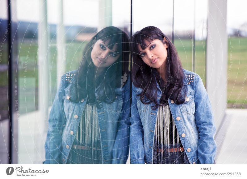 ² feminin Junge Frau Jugendliche 1 Mensch 18-30 Jahre Erwachsene Mode trendy schön Glasscheibe Farbfoto Außenaufnahme Tag Reflexion & Spiegelung