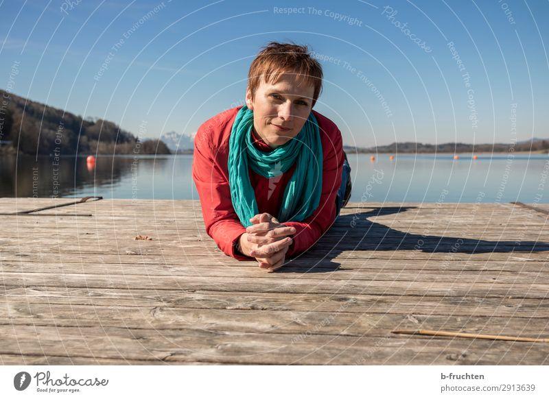 Frau auf Holzsteg, Frühlingstag am See Mensch Ferien & Urlaub & Reisen Natur Wasser Landschaft Freude Gesicht Erwachsene Glück Tourismus Freiheit