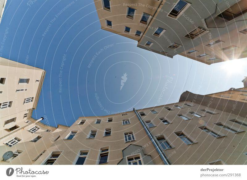 "Das Fenster zum Hof 01 Hauptstadt Menschenleer Haus Gebäude Architektur Mauer Wand Fassade Tür bauen beobachten ""Berlin-Neukölln-Kreuzberg Hinterhof Himmel,"""