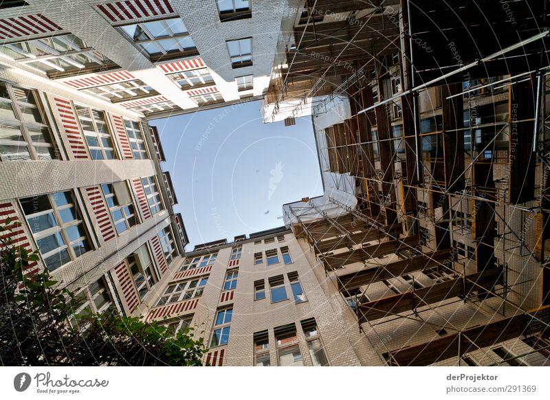 Das Fenster zum Hof 02 Hauptstadt Menschenleer Haus Industrieanlage Bauwerk Gebäude Architektur bauen Denken Hinterhof Baugerüst Berlin Farbfoto Außenaufnahme