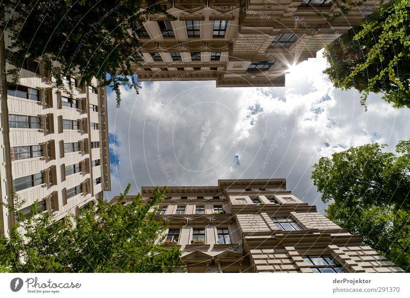 Das Fenster zum Hof 03 Hauptstadt Menschenleer Haus Einfamilienhaus Traumhaus Bauwerk Gebäude Architektur Mauer Wand Fassade Balkon Tür Erholung Himmel