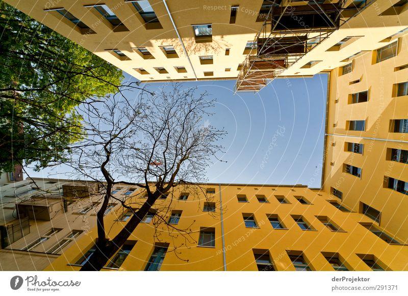 Das Fenster zum Hof 04 Hauptstadt Menschenleer Haus Traumhaus Bauwerk Gebäude Architektur Mauer Wand Fassade Balkon bauen Baugerüst Himmel (Jenseits) blau