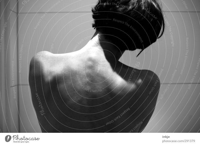 /• Mensch Frau schön ruhig Erholung nackt Erwachsene Leben Haare & Frisuren Kopf Körper Haut Rücken stehen Häusliches Leben Sauberkeit