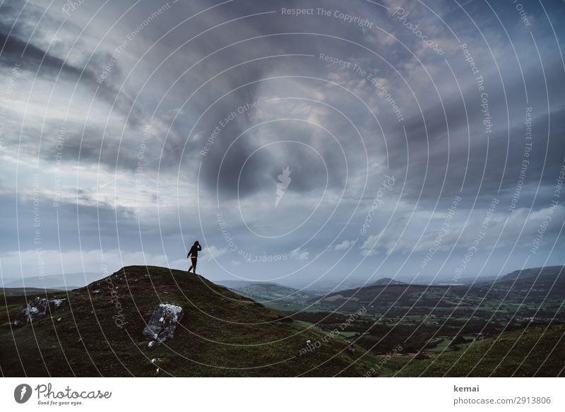Draußen auf dem Hügel Lifestyle Wohlgefühl Zufriedenheit Sinnesorgane Erholung ruhig Freizeit & Hobby Ausflug Abenteuer Ferne Freiheit Mensch Leben 1 Natur