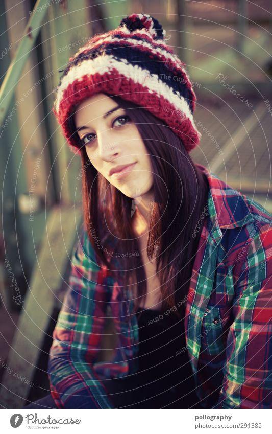 be smart (6) Mensch feminin Junge Frau Jugendliche Erwachsene Leben Körper 1 18-30 Jahre Natur Sonne Herbst Schönes Wetter Treppe Mütze Metall Gefühle Stimmung