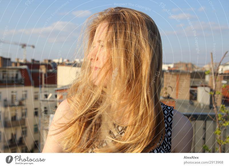 Blondes Mädchen mit wehendem Haar auf Dachterrasse Jugendliche Junge Frau Sommer Stadt schön Landschaft Haus Freude Lifestyle Leben Frühling Berlin Stil
