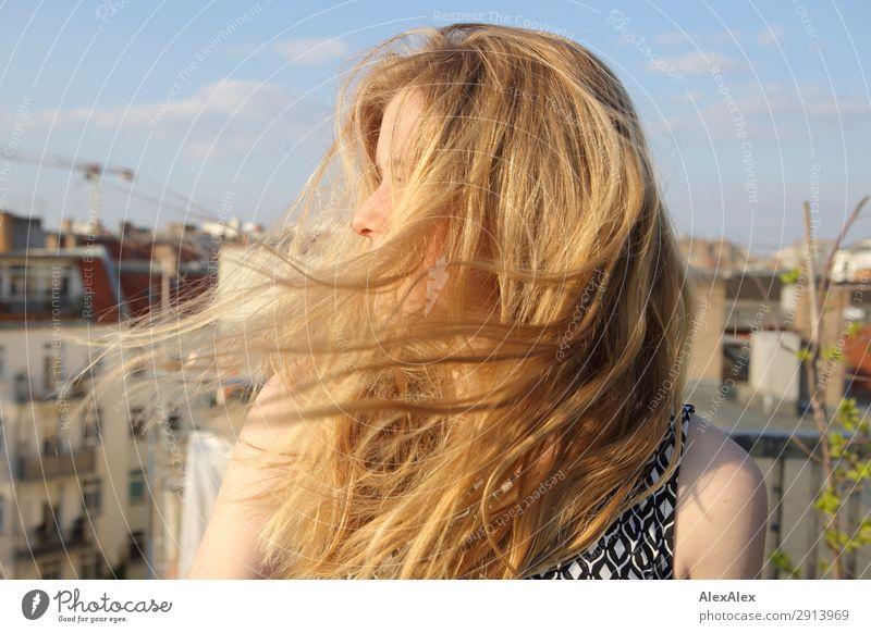 Blondes Mädchen mit wehendem Haar auf Dachterrasse Jugendliche Junge Frau Sommer Stadt schön Landschaft Haus Leben Frühling natürlich Stil Haare & Frisuren