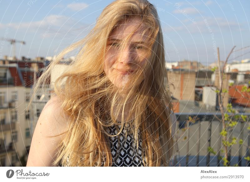 Blondes Mädchen mit wehendem Haar auf einer Dachterrasse Jugendliche Junge Frau Sommer Stadt schön Freude Leben Umwelt Frühling Stil Haare & Frisuren