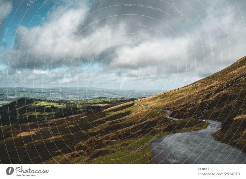 Straße auf einem Hügel Himmel Wolken Hügellandschaft ländlich Landleben Idylle Asphalt schlängeln einsam Einsamkeit Landschaft Natur ruhig Umwelt Wales leer