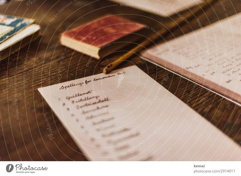 Schulaufgabe alt Schule außergewöhnlich Raum Schriftzeichen Tisch authentisch Buch Schreibtisch Holztisch Prüfung & Examen Bleistift Englisch Schulunterricht