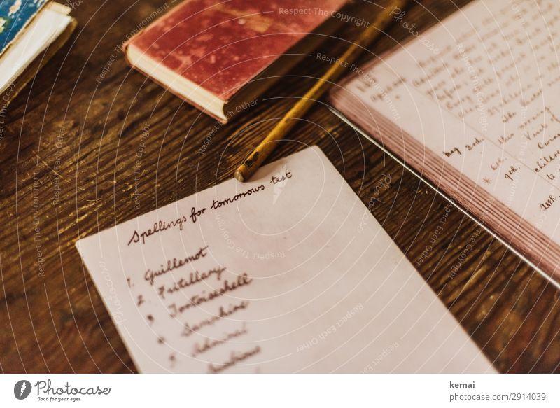 Schultest Schule Schulaufgabe Test Stift Buch Blatt Worte Englisch Englischtest Buchstaben Schreibtisch braun rot alt authentisch lernen Bildung Holz Schrift