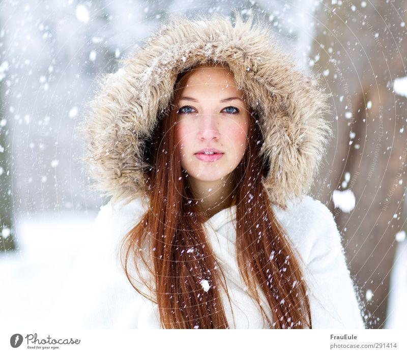 geschmolzene Seele feminin Junge Frau Jugendliche 1 Mensch 18-30 Jahre Erwachsene Winter Eis Frost Schnee Schneefall Jacke Mantel Pelzmantel Fell Mütze brünett