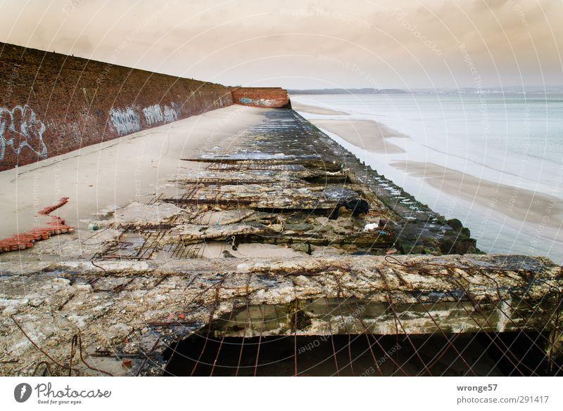 Zerfall alt Sommer Meer Strand dunkel Wand Mauer Küste braun Deutschland Europa Tourismus Insel Ausflug Abenteuer Vergangenheit