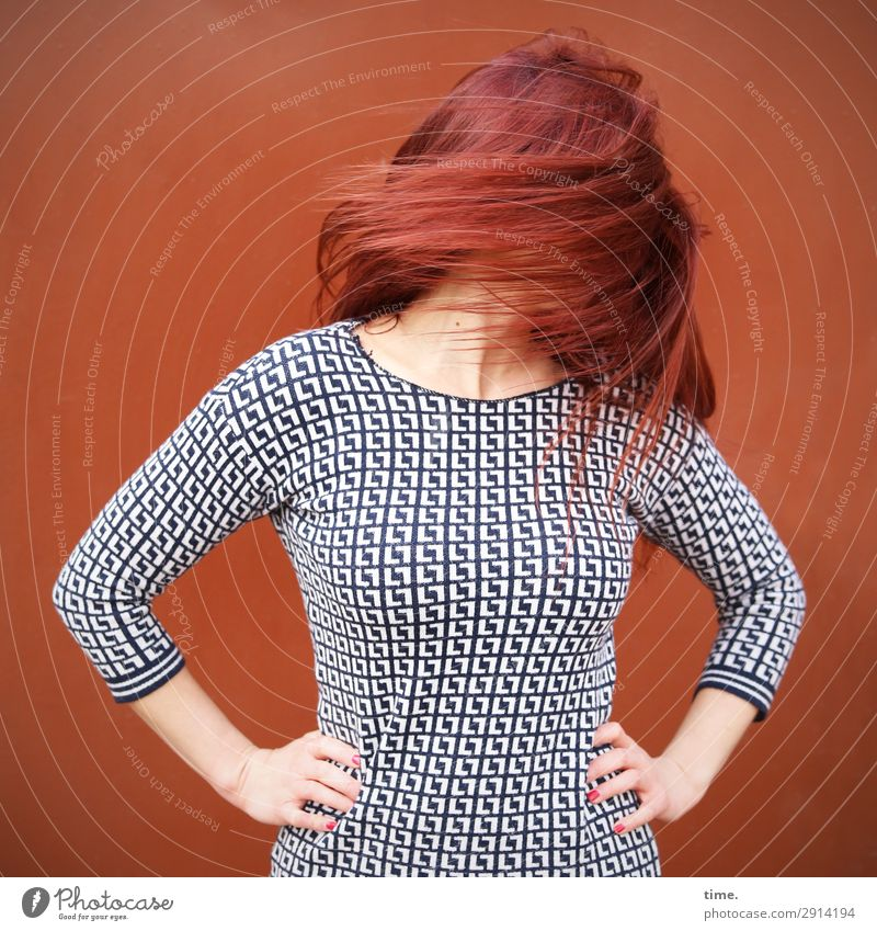 Drehmoment (II) Frau Mensch schön rot Freude Erwachsene Leben Wand feminin Sport Bewegung Mauer Haare & Frisuren Stimmung Freizeit & Hobby stehen