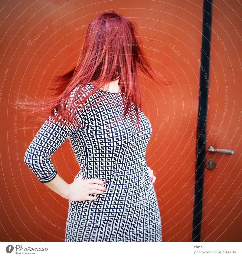 Drehmoment (I) feminin Frau Erwachsene 1 Mensch Mauer Wand Tür Kleid rothaarig langhaarig drehen festhalten stehen authentisch schön Stadt Willensstärke