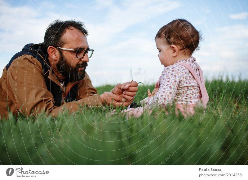 Vater zeigt Heuschrecken den Kindern Lifestyle Abenteuer Mensch maskulin Baby Kleinkind Mädchen Mann Erwachsene 2 1-3 Jahre 18-30 Jahre Jugendliche 30-45 Jahre