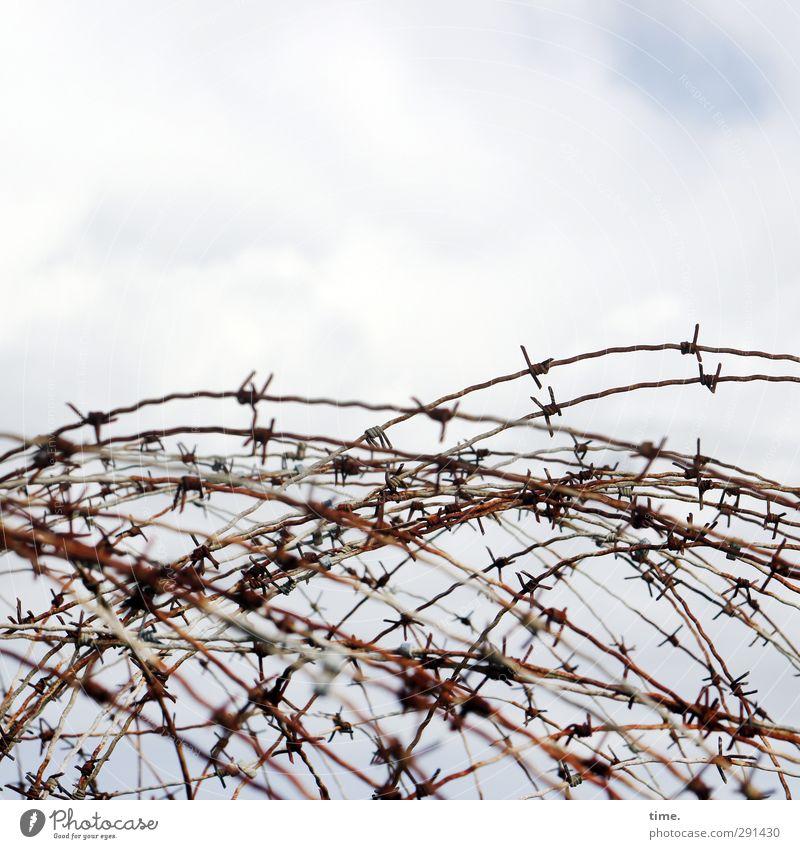 Störfaktor | Sichtbehinderung Himmel Wolken Tod Metall Kraft Sicherheit bedrohlich Spitze Schutz Zusammenhalt Wut gruselig Vergangenheit Schmerz Gewalt Irritation