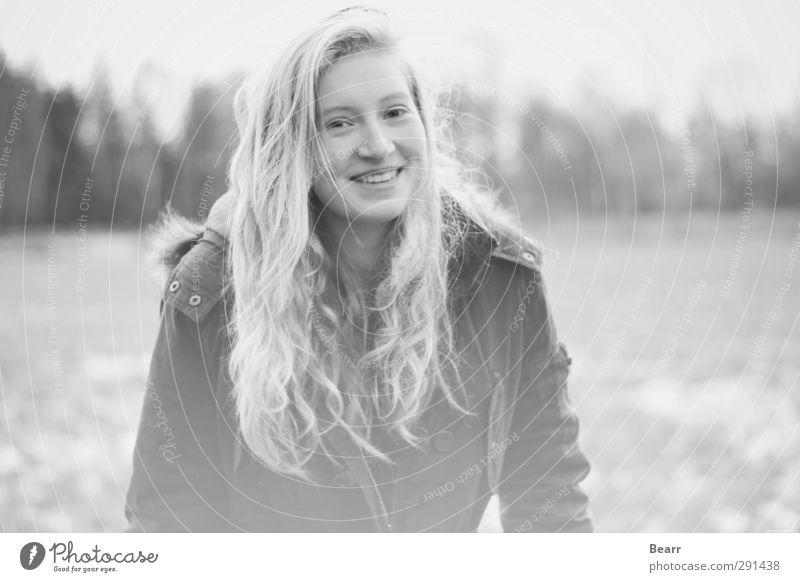 außen kalt und innen warm 2 feminin Junge Frau Jugendliche 13-18 Jahre Kind Jacke blond langhaarig Lächeln Fröhlichkeit Schwarzweißfoto Außenaufnahme Tag