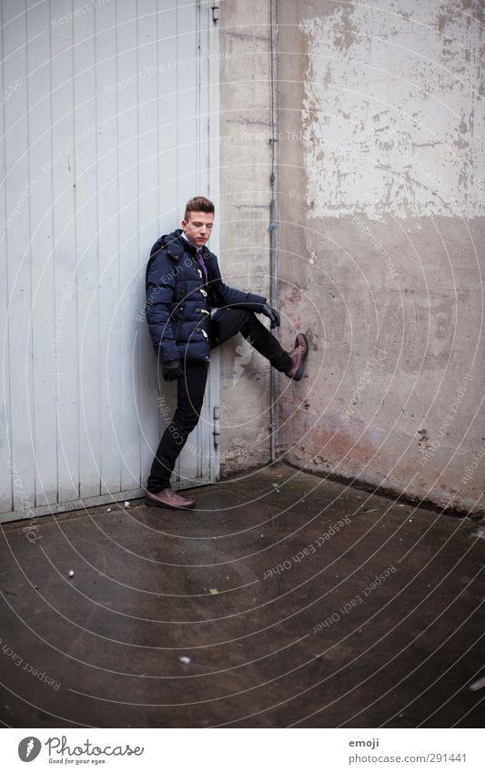 british maskulin Junger Mann Jugendliche 1 Mensch 18-30 Jahre Erwachsene Mode Jacke Coolness trendy Englisch Farbfoto Außenaufnahme Textfreiraum unten Tag