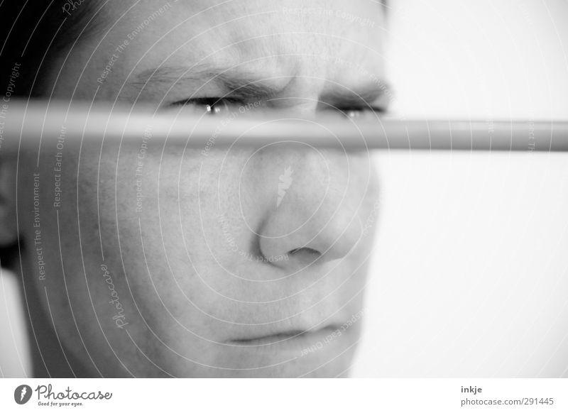 Störfaktor Frau Erwachsene Gesicht Auge 1 Mensch 30-45 Jahre Blick nah Wut Gefühle verstört Ärger gereizt genervt Irritation Konzentration Stress Störung