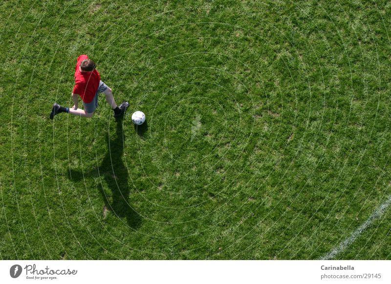 Fussball Fußballplatz Vogelperspektive Gras grün Spielen Schatten Sport rennen treten