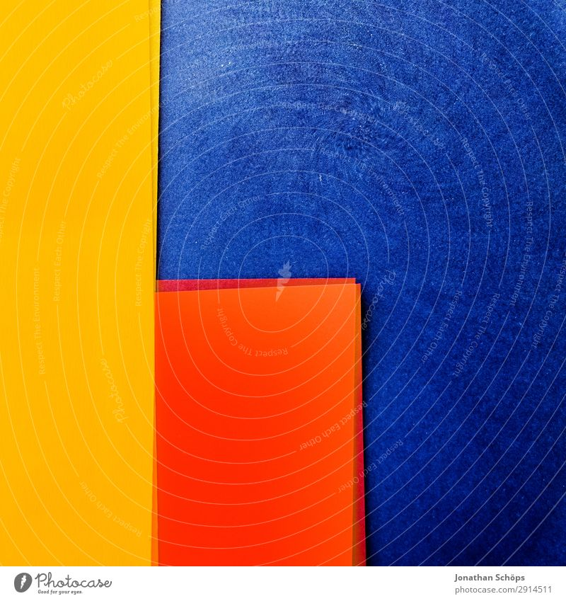grafisches Hintergrundbild aus Buntpapier blau rot gelb Textfreiraum orange leuchten Papier einfach graphisch Doppelbelichtung Basteln Geometrie Entwurf Karton