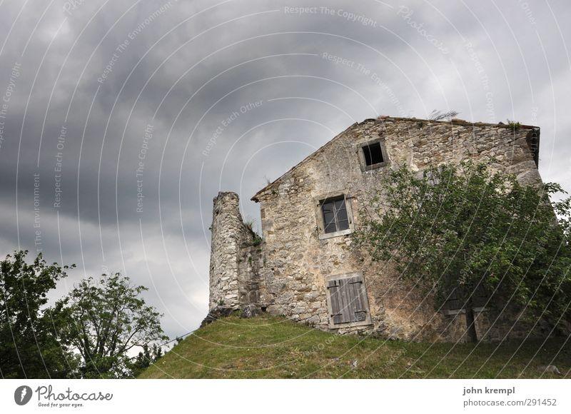 Finstere Zeiten hum Kroatien Dorf Kleinstadt Stadt Stadtrand Haus Einfamilienhaus Hütte Bauwerk Gebäude Architektur Ruine Fassade alt gruselig historisch retro