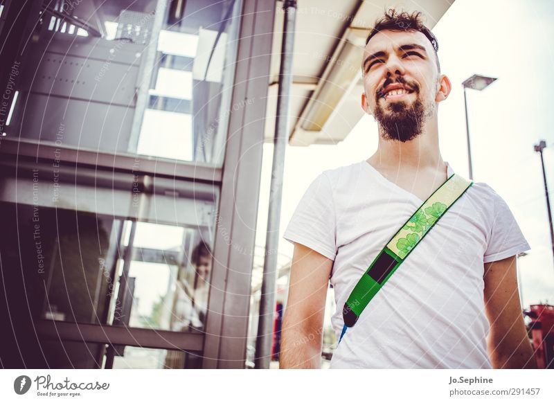watch that man Lifestyle Stil Sommer maskulin Junger Mann Jugendliche 1 Mensch 18-30 Jahre Erwachsene T-Shirt Bart beobachten Lächeln Blick warten authentisch