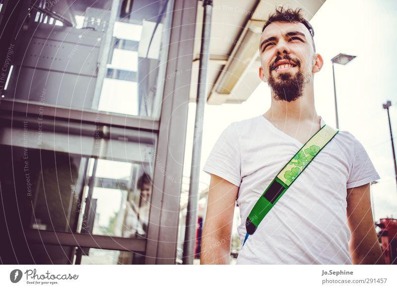watch that man Mensch Jugendliche Sommer Erwachsene Junger Mann 18-30 Jahre Stil maskulin authentisch warten Lächeln Lifestyle beobachten T-Shirt Bart selbstbewußt