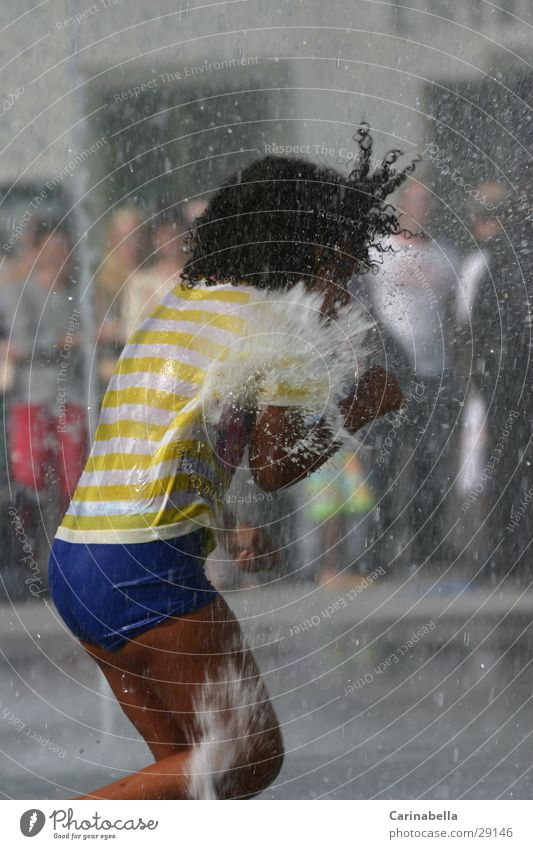 Platsch Mensch Kind Wasser Sommer Spielen nass spritzen Springbrunnen