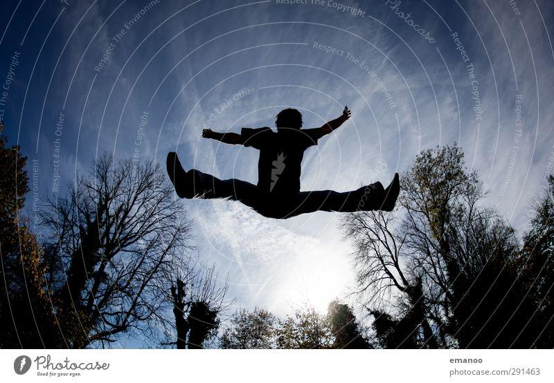 |600| Freude Mensch Himmel Natur Mann blau Sommer Baum Sonne Freude Erwachsene dunkel Sport Bewegung Freiheit Stil springen
