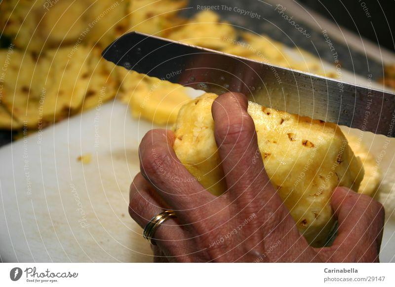 Kill Bill Hand gelb Gesundheit Frucht Finger Teilung Messer Dessert geschnitten Schneidebrett Mensch Ananas teilen