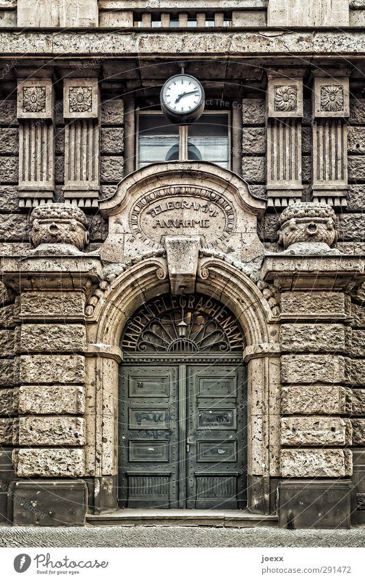 7:12 Haus Tor Architektur Fassade Tür Stein Ornament alt braun schwarz weiß Telegramm-Annahme Haupttelegraphenamt Farbfoto Gedeckte Farben Außenaufnahme
